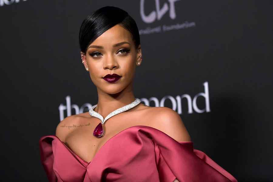 Singer+Rihanna+poses+for+a+picture+while+on+a+red+carpet.