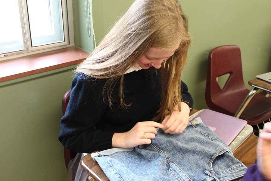 Junior+Marybeth+Ismert+distresses+worn+jean+shorts+to+create+a+trendy+style+to+her+old+clothing.%28Photo+by+Stephanie+Vince%29