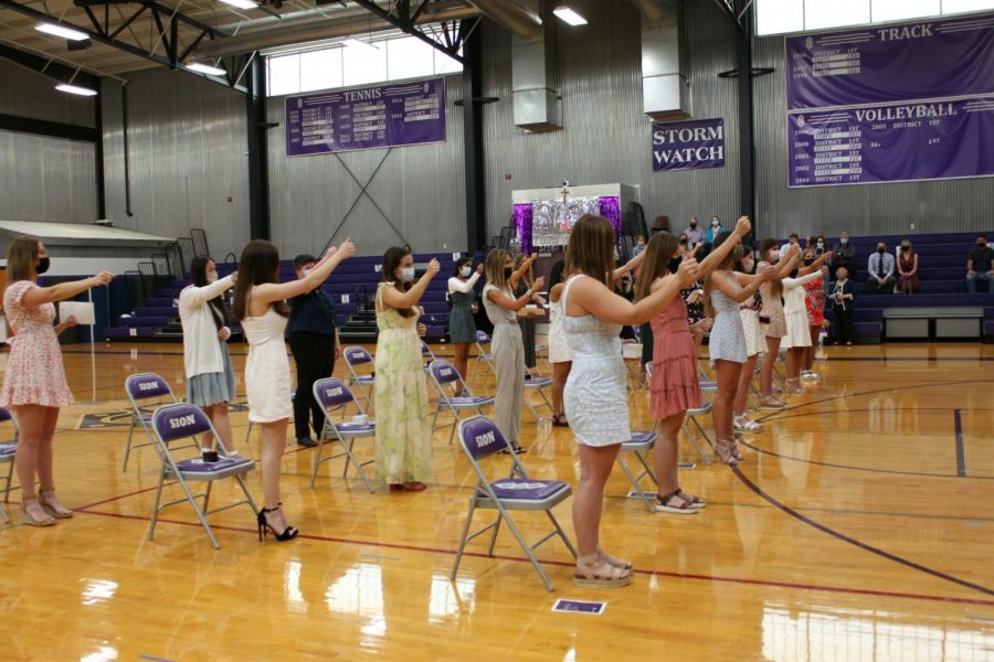 The senior class of 21' concludes the ring ceremony by singing the school song.